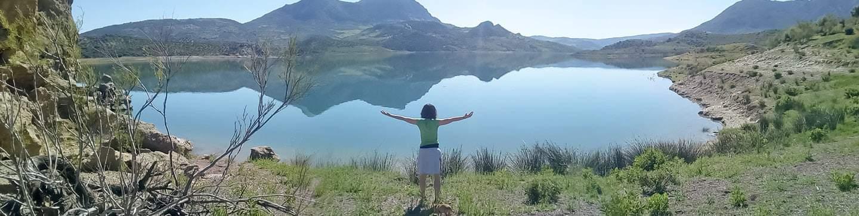 Mª Angeles Díaz Mirando a a lago en Zahara de los Montes